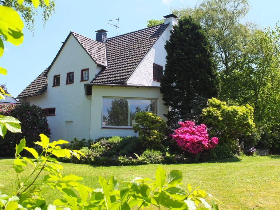 Das Haus und der traumhafte Garten.