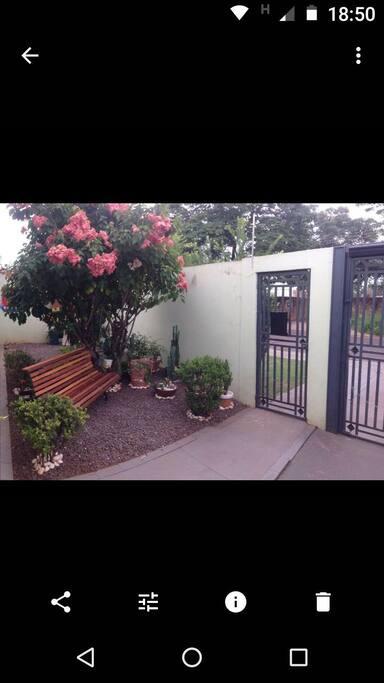 Frente da casa e Jardim.