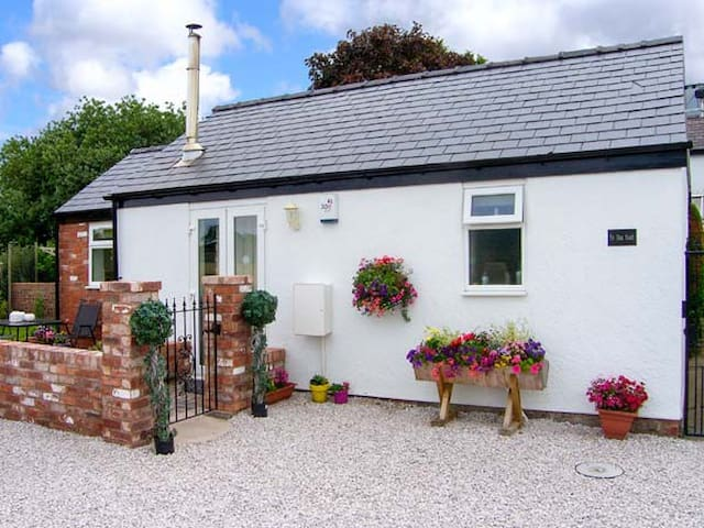 THE OLD STABLE, pet friendly, with open fire in Mold, Ref 903969