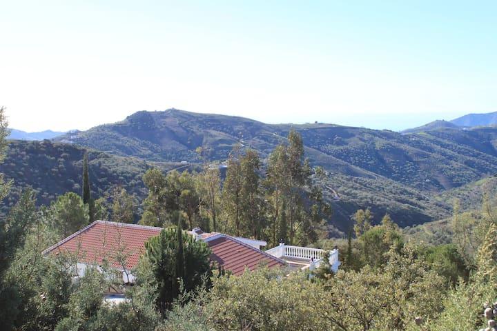 Finca Fuente de Hierro von Bäumen umgeben mit Blick nach Süden ins Tal