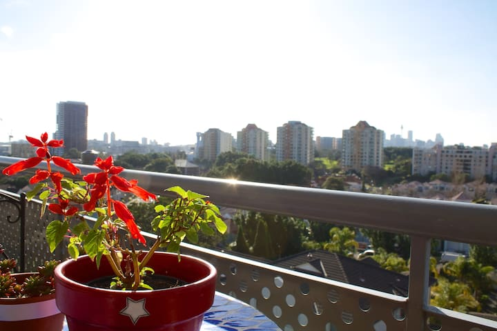 2 Bdrm Penthouse w/ Stunning views - Kensington - Apartemen