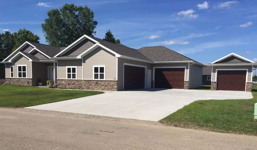 EAA! 3,000 Square feet, Private Newly Built Home!! - Neenah - House