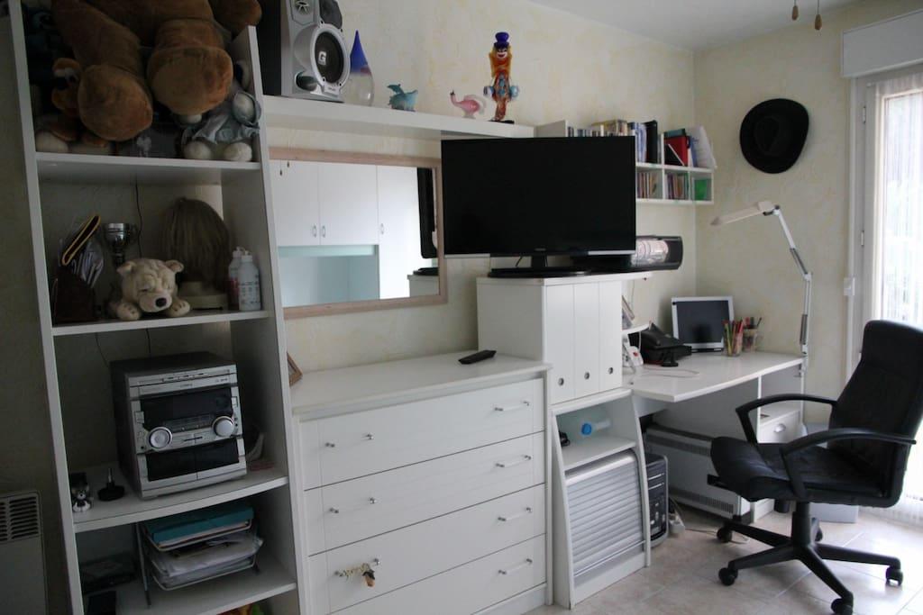 avec un coin bureau  et la télé