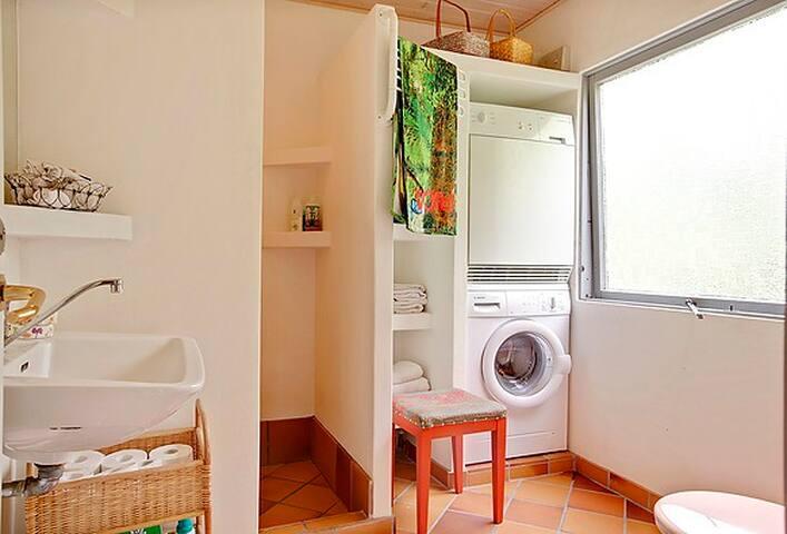 Det ene af de 2 badeværelser.