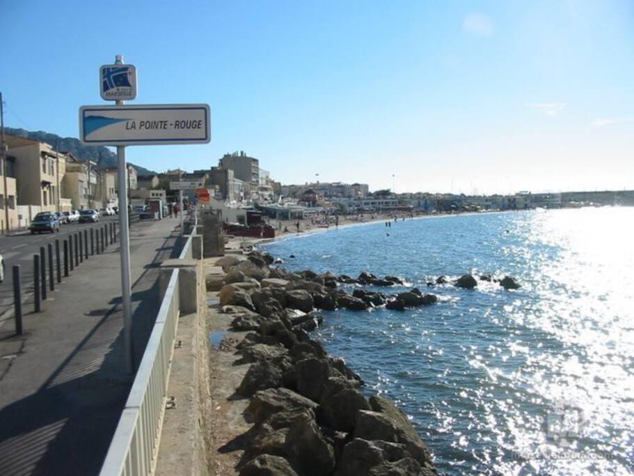Quartier calme bordé par la mer