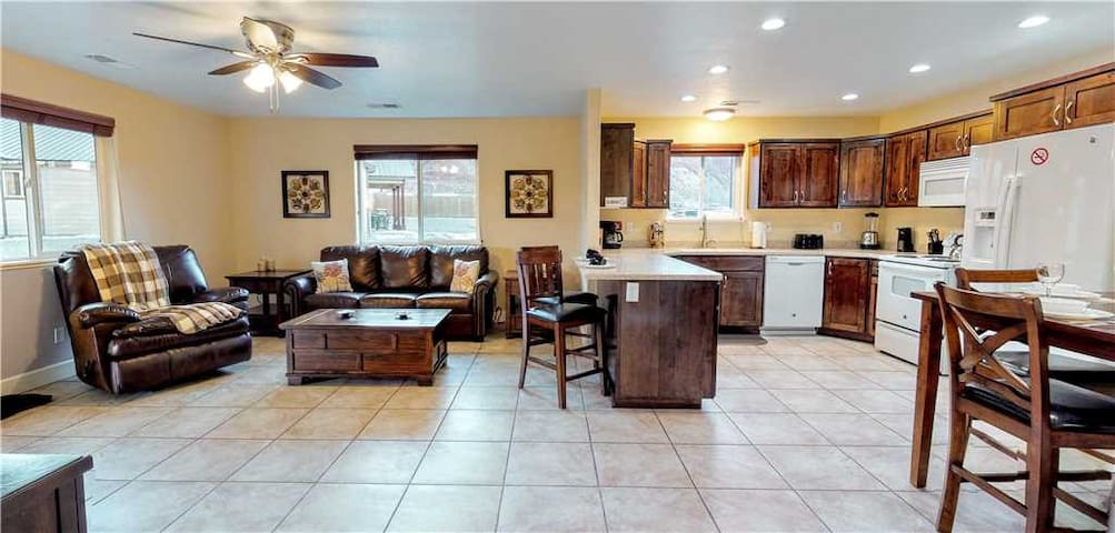 2 bed 2 bath. 3 minute drive to Downtown Moab - Moab Trails Inn ~ A