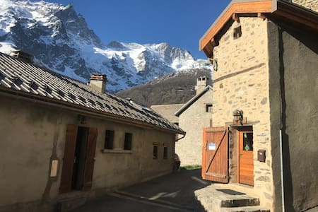 Petite maison de village au pied de la Meije