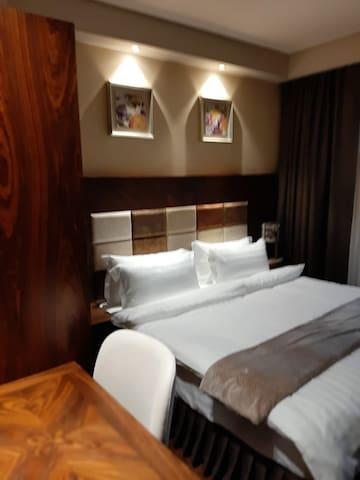 Спальня с широкой кроватью и удобным матрацем
