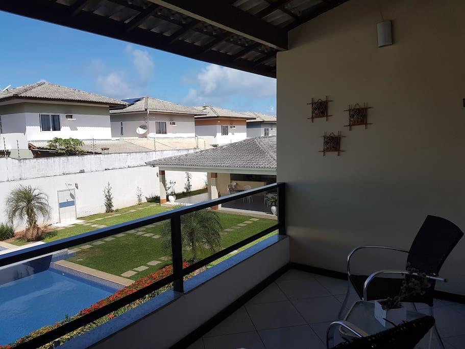 Vista da varanda da casa para piscina do condomínio