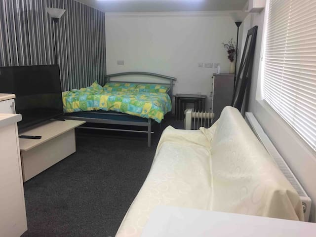 Private room with En-suite & double bed & smart tv