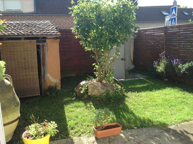 Beau studio avec jardin - Mainvilliers - บ้าน