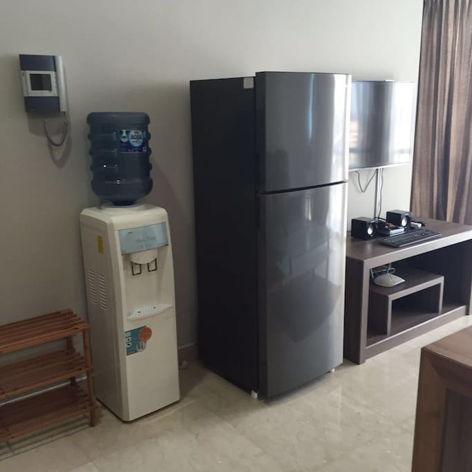 Water dispencer and refrigerator are provided