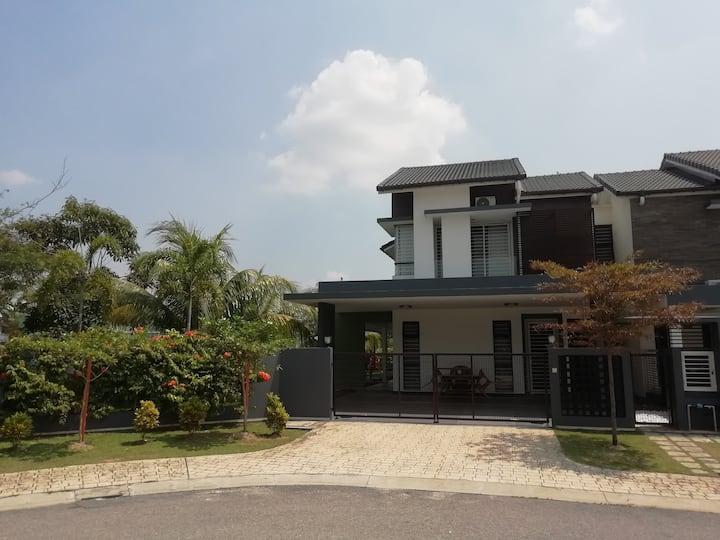 Denai Alam Homestay Corner Lot (Wifi +Net Flix)