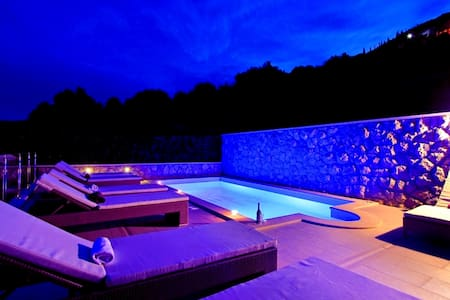 Cozy Holiday Home with Private heated Pool