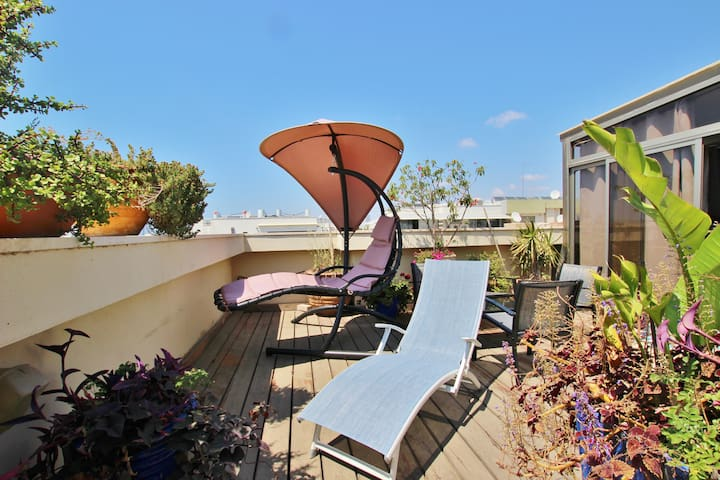 BEAUTIFUL RENOVATED 2 BR ROOF APT IN CENTRAL TLV