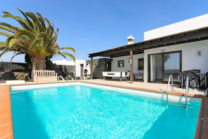 Beautiful Villa Mariola Close to Beach with Heated Pool, Terrace, Garden & Wi-Fi; Parking Available