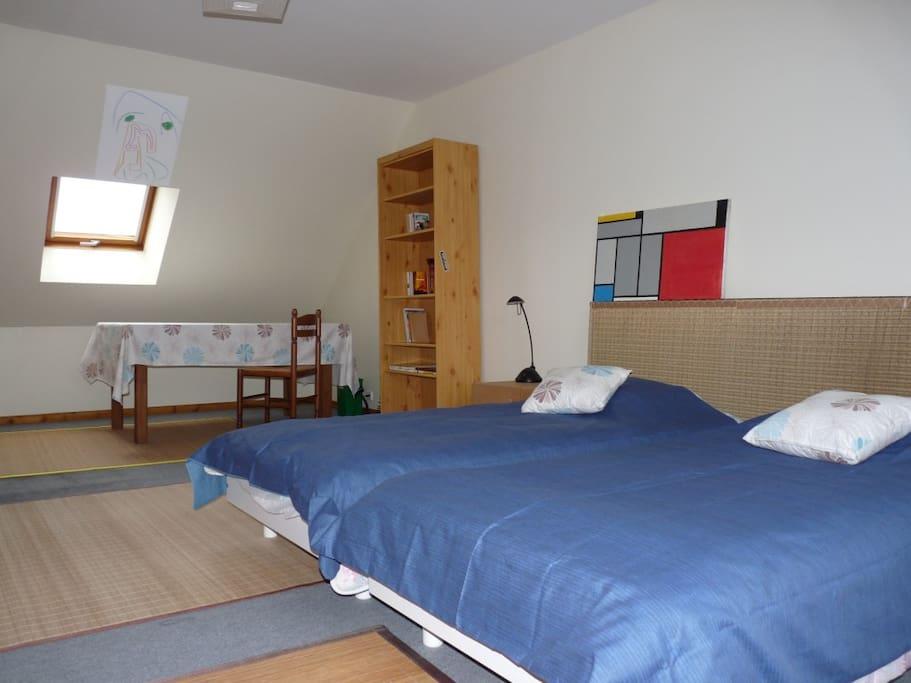 Deux lits en 90cms pouvant s'accoler dans cette chambre du 1er étage.