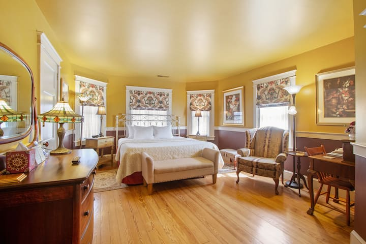 After Eight Bed and Breakfast - Sunrise Bay Window Room