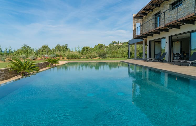 Luxurious villa in Mougins with swimming pool