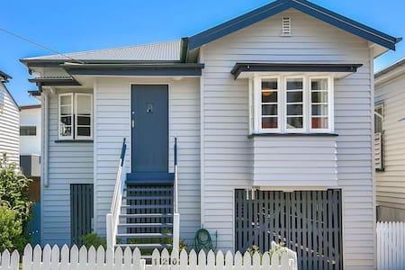 New Farm Queenslander, 5 Bedrooms, CBD, A/C, Lawn