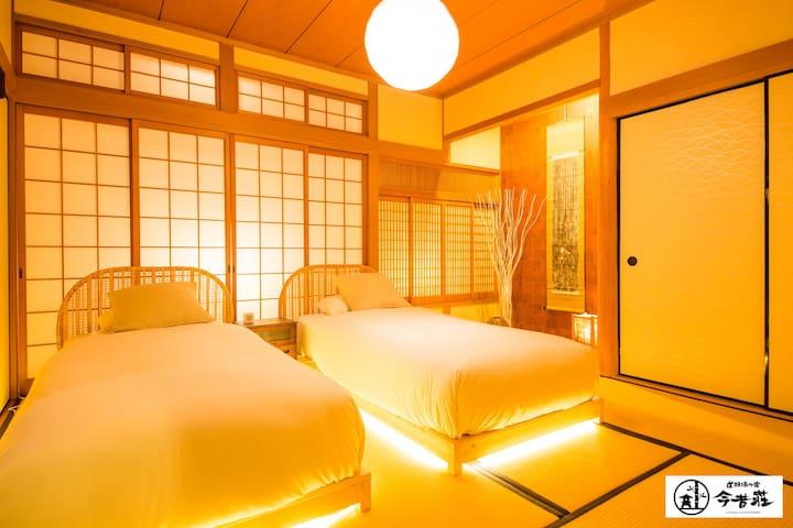 2 Single Beds in Japanese Modern Room