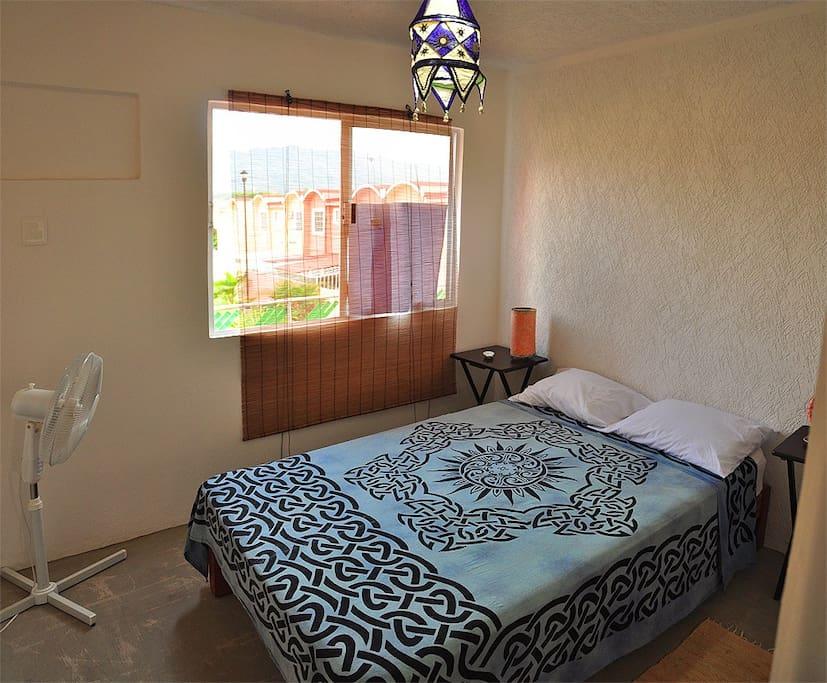 Recámara principal con cama doble y aire acondicionado