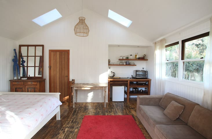 Quiet, self contained studio - Thirroul - Zomerhuis/Cottage