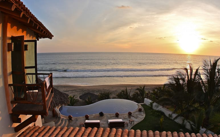 Beachfront Villas and Bungalows - Zihuantanejo - Huvila