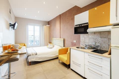 L appartement est neuf et bien placé. Très agréable et jeremy nous a très bien accueilli. Parfait pour un weekend à cannes !
