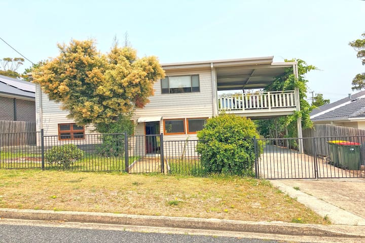 'Beach Break 2', 2/10 Lionel St - downstairs unit with Aircon