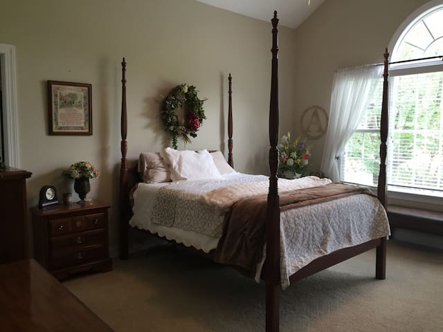 Beautiful Private Suite on River Ridge Golf Course