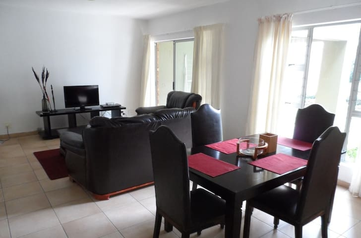 Sunny 2 bed, 2 bathroom garden apartment - Roodepoort - Wohnung
