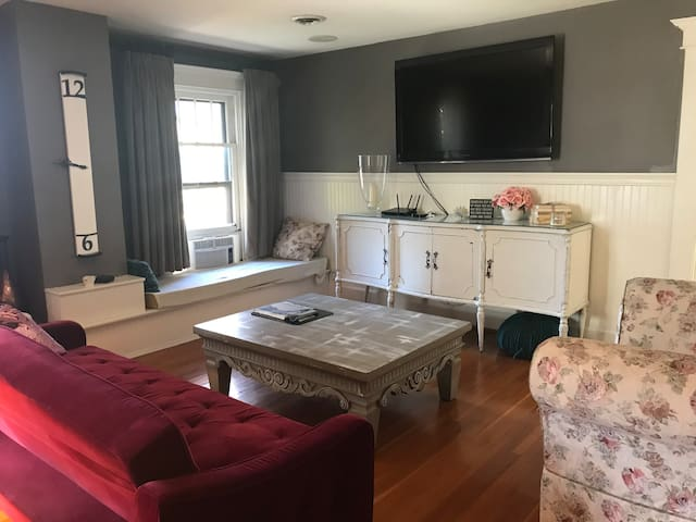 Charming 2 Bedroom With A Pool!