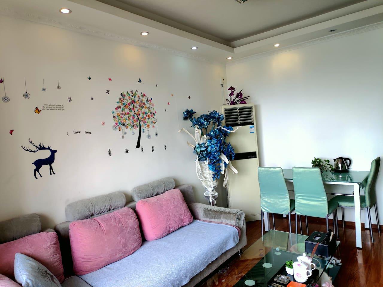 客厅沙发及餐桌