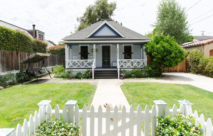 Charming Victorian cottage blocks from downtown Palo Alto and Stanford University