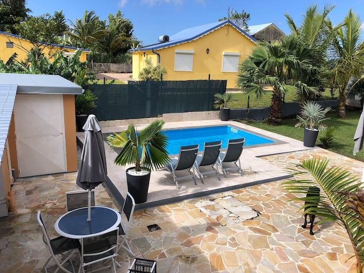 charmant F2 avec piscine privé wifi barbecue vue