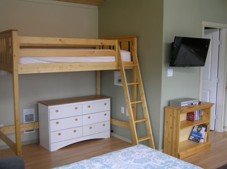 loft bunk, TV with access to Netflix