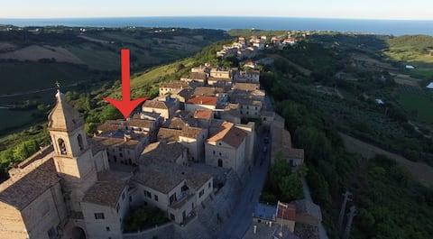 Inom slottsmurarna, ett stenkast från havet
