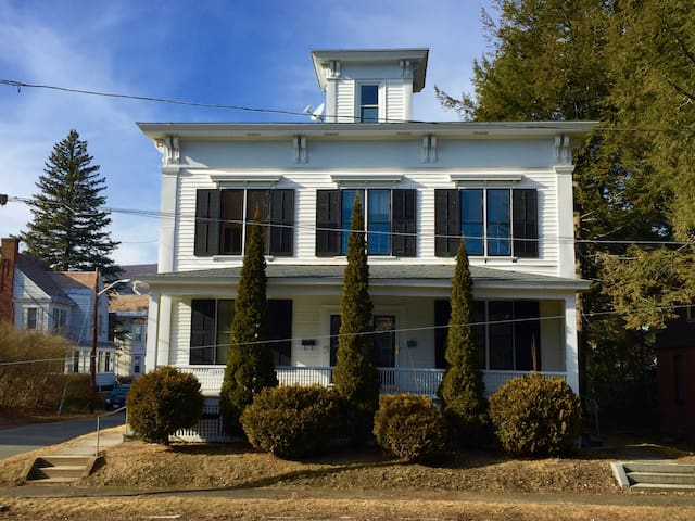 Spacious Victorian duplex near MASSMoCA, MCLA (19) - North Adams - Apartment