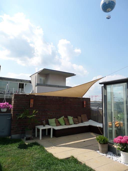 Terrasse Lounge mit Blick auf den Berlin High Flyer Balon und Potsdamer Platz