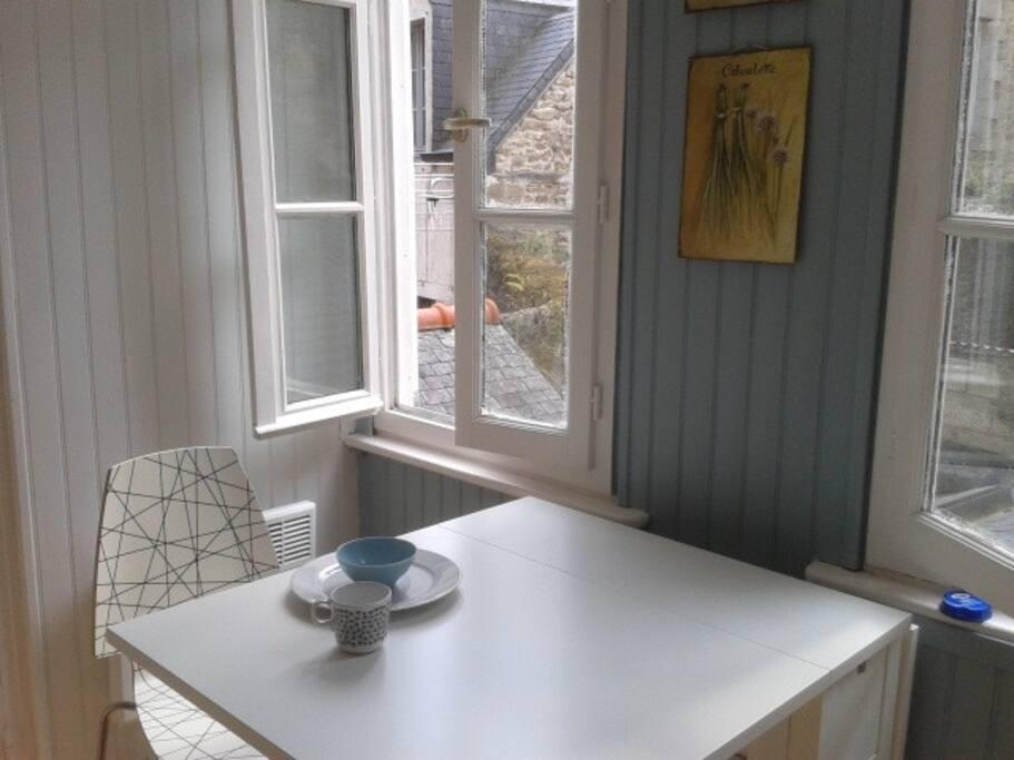 La cuisine - une table dépliable pour 4 / The kitchen. A fold down table for 4