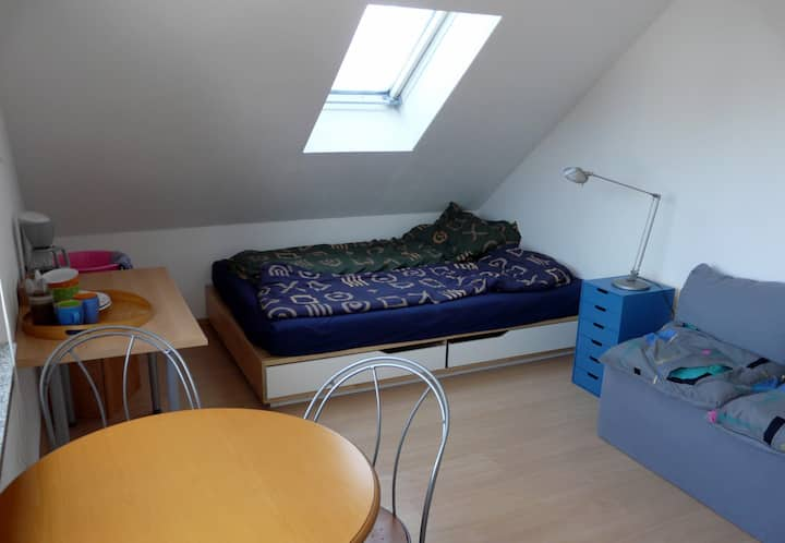 Dachgeschosszimmer mit Doppelbett