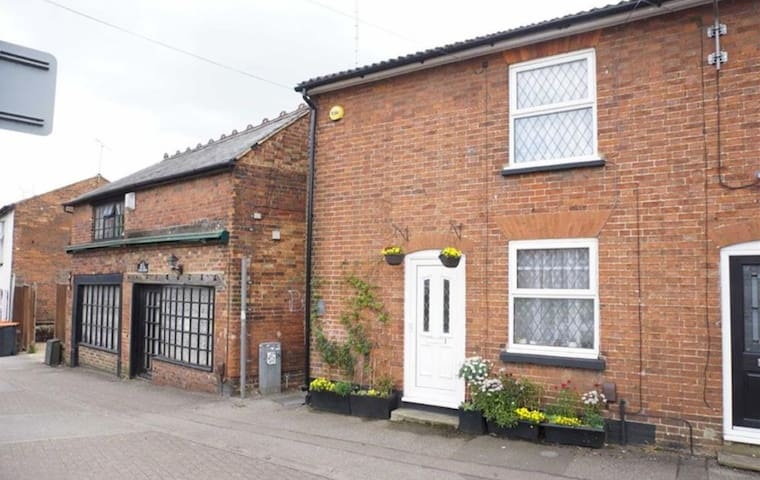 Cottage - One minute from Leighton Buzzard station