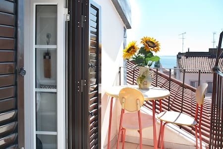 Cosy in Alfama with Balcony & Wifi! - Lissabon - Appartement
