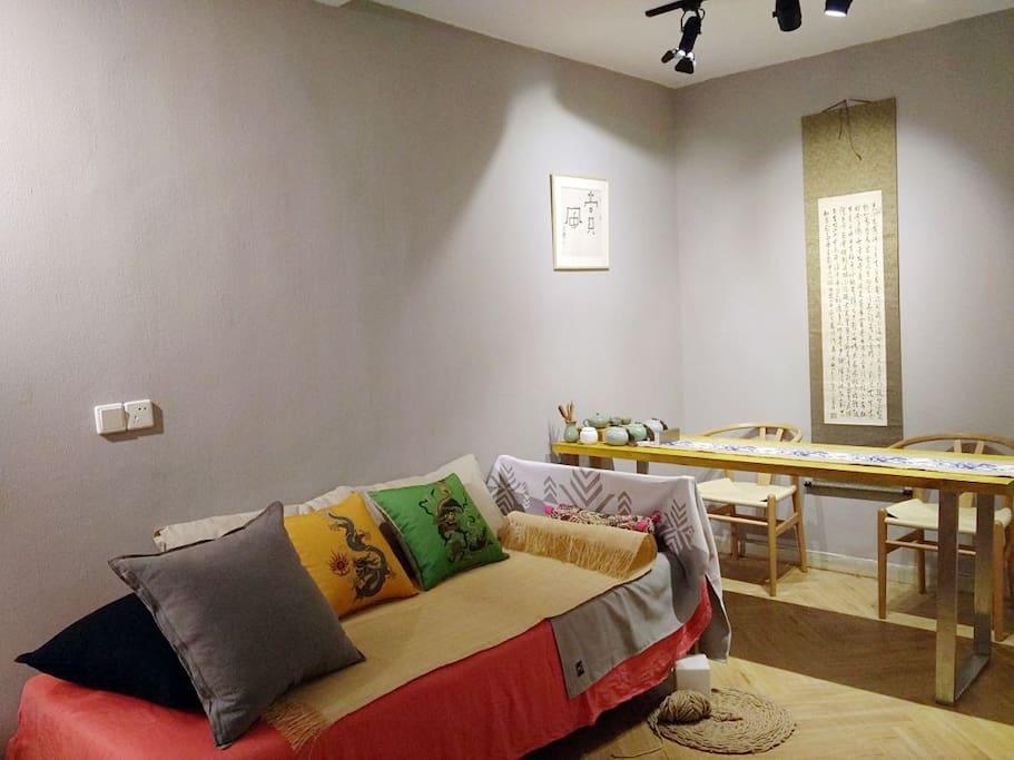 平时作为沙发的0.9×1.9米宜家小床,加客时可渡回真身