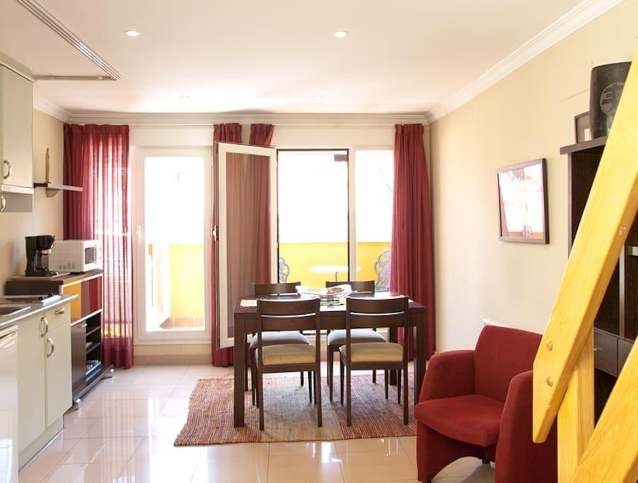 Salón muy luminoso con grandes ventanas, que da acceso a la terraza independiente