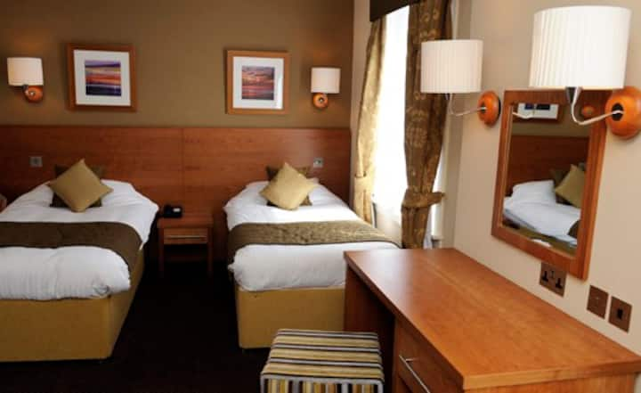 The Golden Lion Hotel City Centre -Triple Bedroom