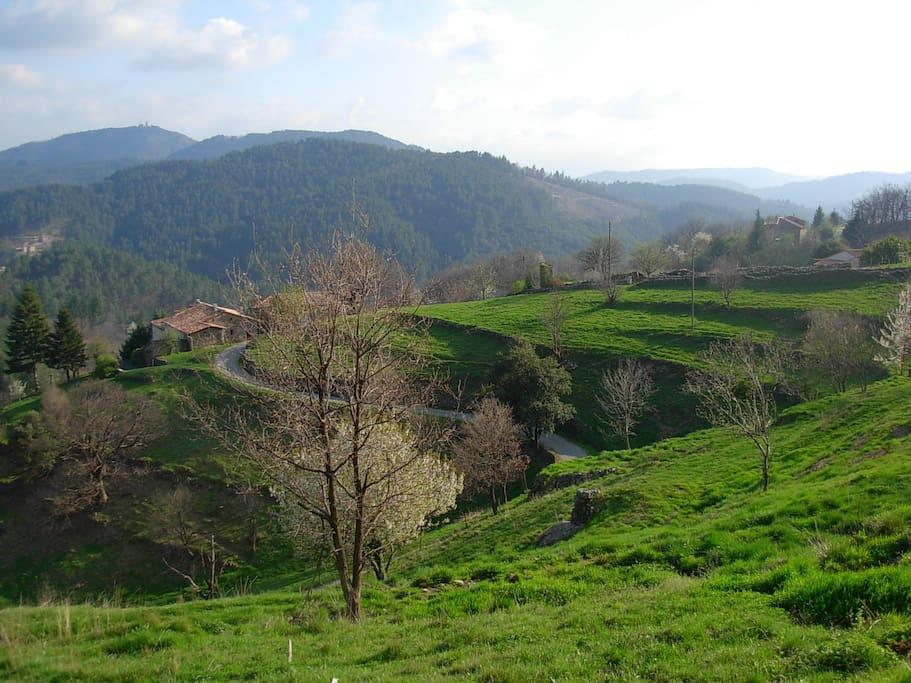 Vue du hameau, la maison au fond à droite