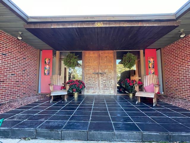 Burton Home Located on beautiful Lake DeFuniak!