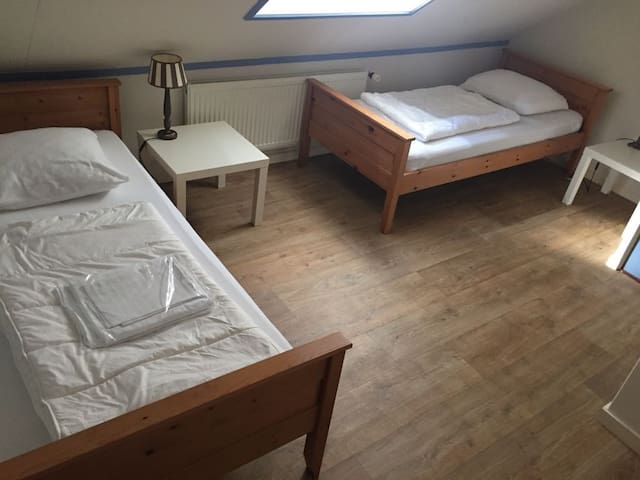 slaapkamer boven met 2 eenpersoonsbedden